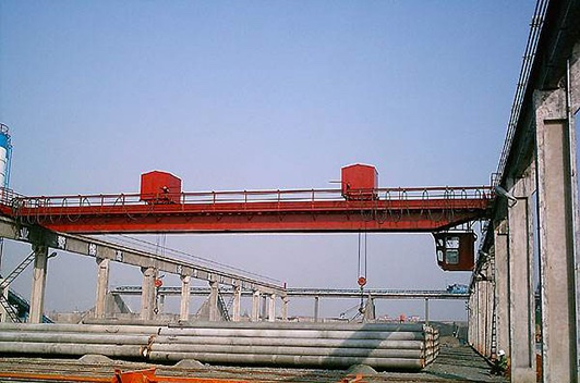 管桩专用起重机的设计与应用